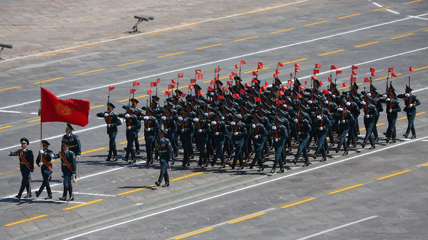 <font style=line-height:2em;color:#555>吉尔吉斯斯坦军队方队通过天安门广场。</font>