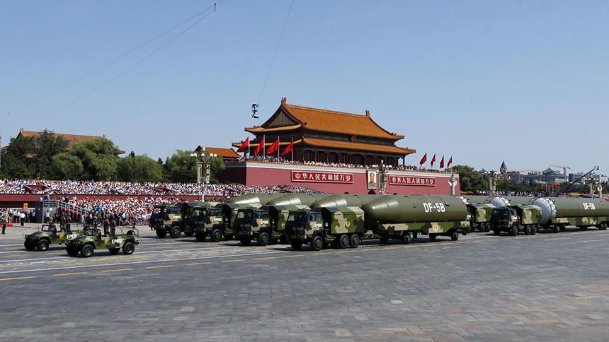 <font style=line-height:2em;color:#555>&nbsp;&nbsp;&nbsp;&nbsp;图为核导弹第二方队接受检阅。东风5B分导式多弹头洲际战略核导弹携带弹头多、突防能力强、毁伤威力大,是维护国家主权、捍卫民族尊严的坚强盾牌。</font>