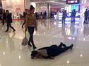情侣商场吵架 女子喊滚 男子躺地打滚