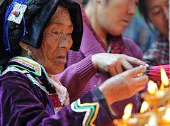 丹巴藏族群众点酥油灯新春祈福