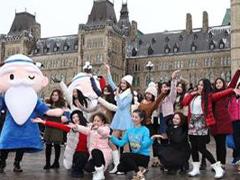 加拿大华人国会山前迎春节快闪联唱迎春节