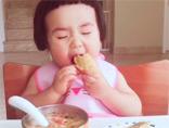 爆红网络小吃货 这绝对是史上吃饭最香的宝宝!