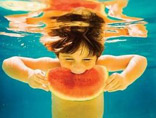 萌宝教你用特殊的吃瓜技巧 抓住夏天的尾巴