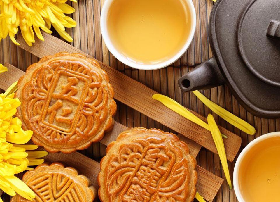 中秋节赏月赏月和吃月饼是中国各地过中秋节的必备习俗,月饼一词