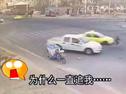 """两车相撞后紧追自行车 骑手内心简直""""奔溃"""""""