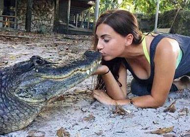 大胆女子与鳄鱼亲吻嬉戏搏斗成网红
