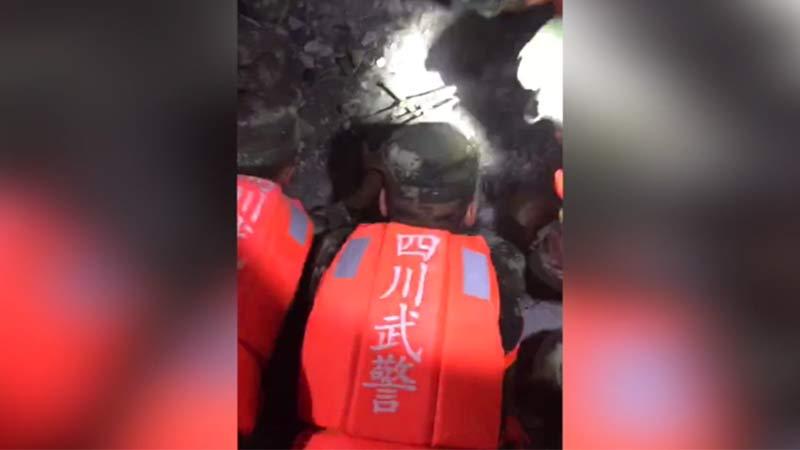 【独家】首批武警部队进入震区救援 发现女性遇难者