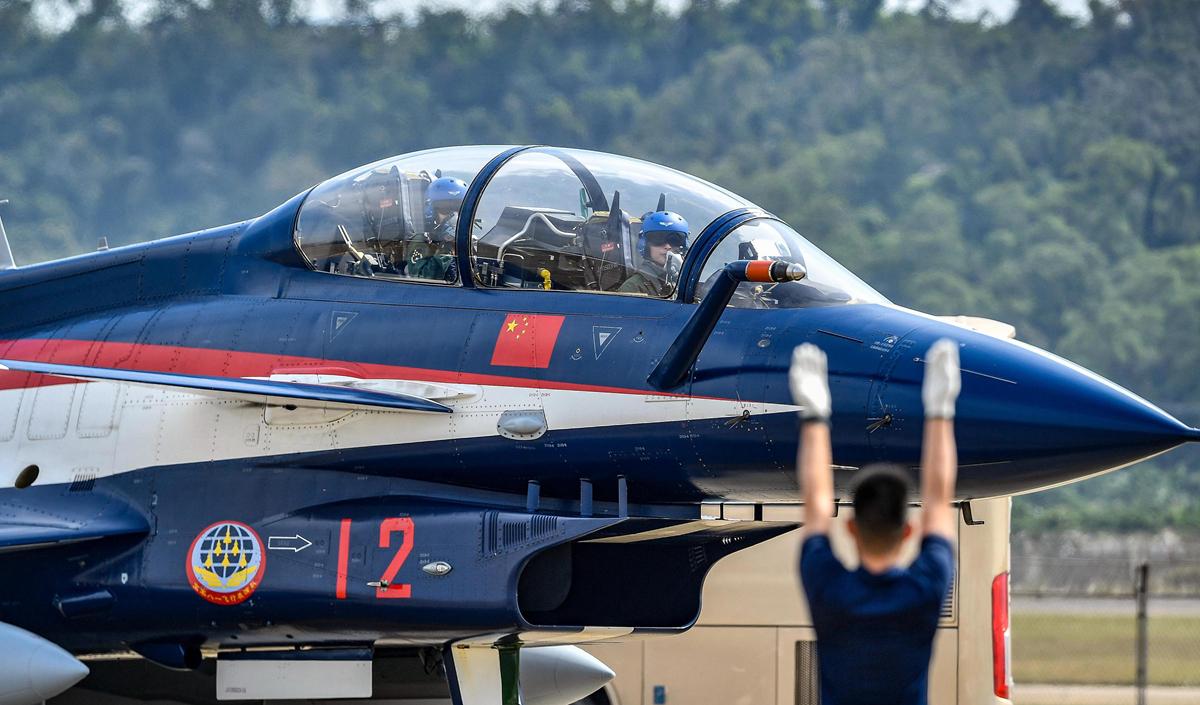 八一飞行表演队抵达珠海