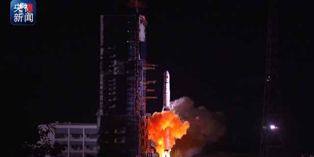 嫦娥四号任务中继星成功发射