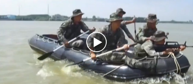 陆军侦察兵开展水上登陆破袭演练