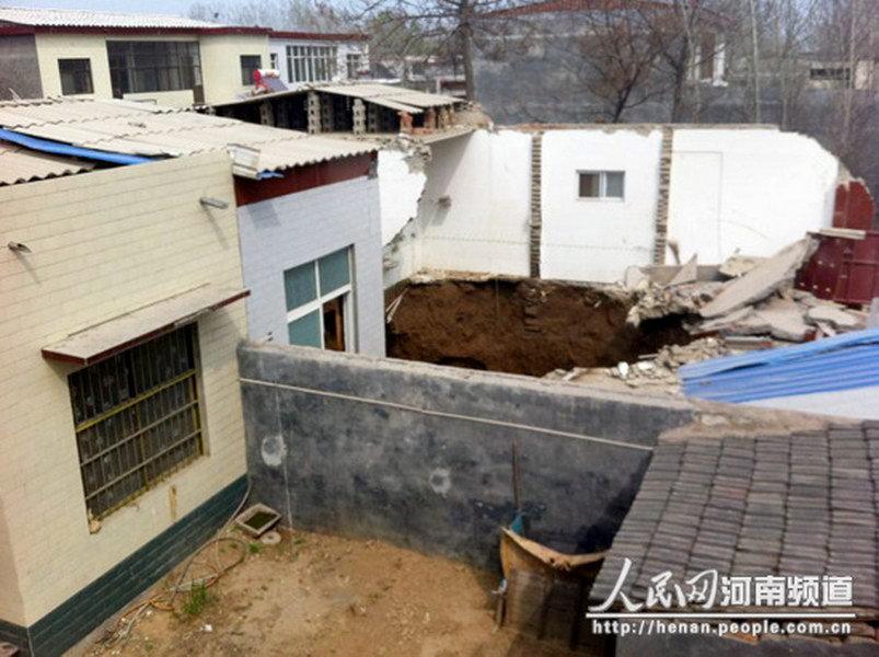 河南许昌:农家房屋坍塌陷入地下