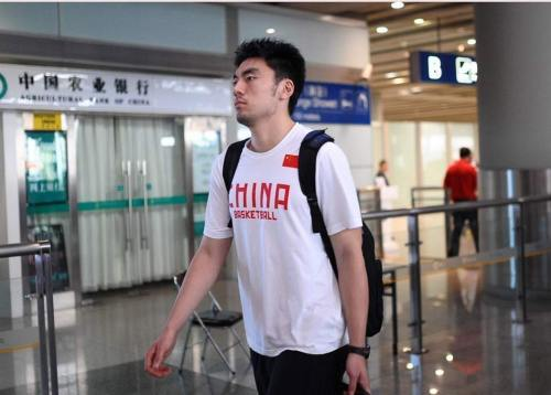 [高清组图]男篮将帅低调抵京 急步出机场表情严肃