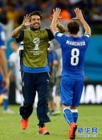 [高清组图]意大利2-1英格兰 布冯祝贺队友