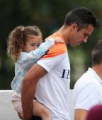 [高清组图]荷兰赛前训练 范佩西背萌女尽显父爱