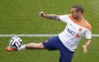 [高清组图]荷兰队赛前训练 斯内德杂耍玩花活儿