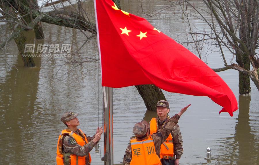 高清:解放军驻珍宝岛官兵在洪水中升起五星红旗图片