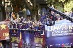 [高清组图]巴萨举行夺冠庆典 万人膜拜三冠奖杯
