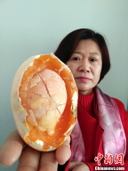 新疆焉耆县一母鸡产下121克蛋中蛋