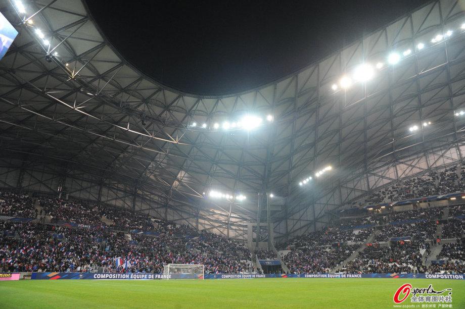 作为一座位于马赛历史悠久的体育场,韦洛德罗姆球场耗费了约2亿6千7百万欧元完成了翻修,增加了屋顶等设施,并于2014年9月竣工,同年10月马赛市长、法国政府官员以及欧足联高官等重量级人物为其剪彩。像它的名字一样(Vlodrome在法语中是自行车场的意思),这座球场于1937年首次亮相时是设有自行车赛跑道的,这座体育场还会举办田径、橄榄球、拳击、网球、曲棍球、摩托车等多项赛事,但在1985年自行车道被移除,它作为多功能体育场的寿命也就此终结,不过,现在它还是会被用来当做演唱会场馆以及召开政治会议的场地。