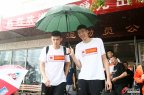 [高清组图]中国男篮冒雨出征 周琦周鹏共撑一把伞