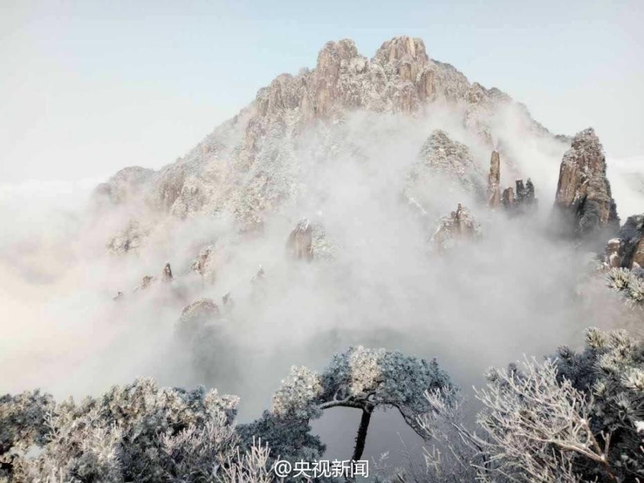 近日,江西三清山风景区迎来了立春后的第一场雪,漫天雪花落下,三清山