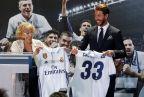 [高清组图]马德里市长接见皇马 拉莫斯赠送球衣