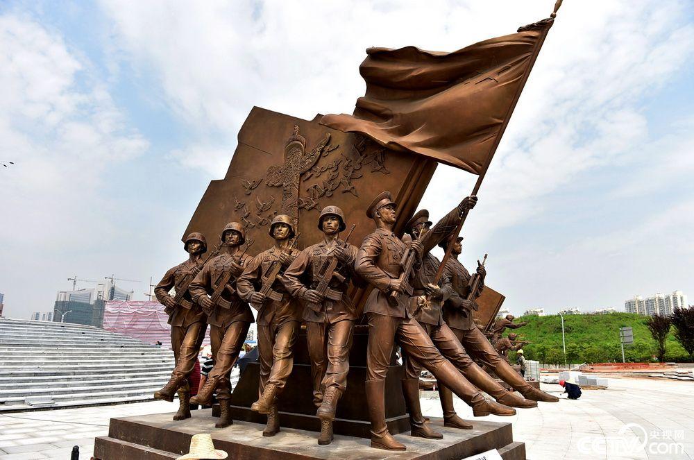 央视网消息:7月31日,位于江西省南昌市红谷滩新区的建军雕塑广场正式