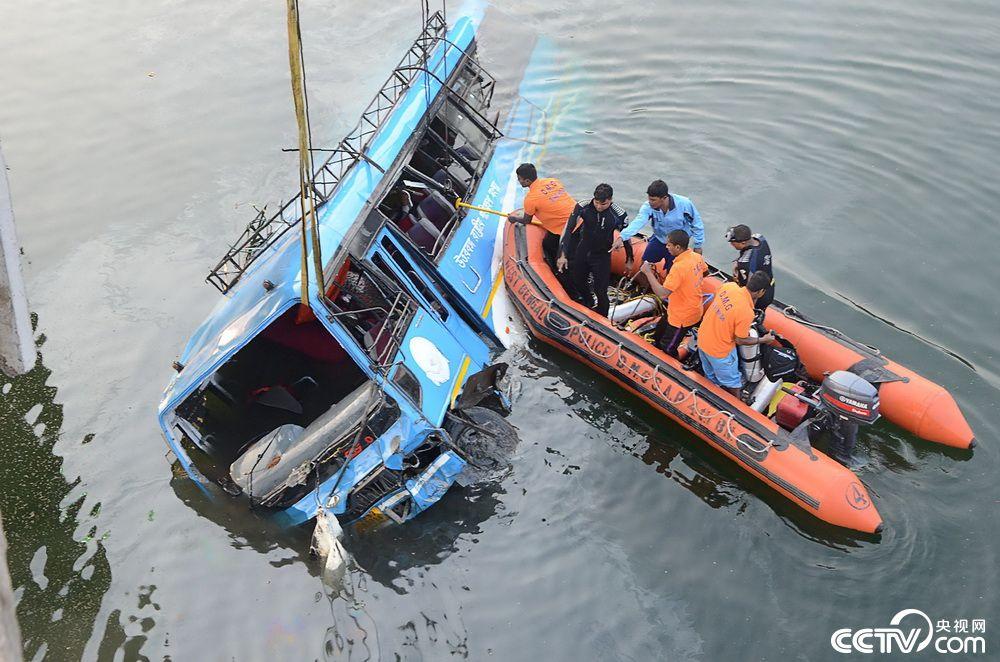 印度东部一公交车坠河致36死