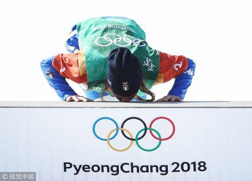 [高清组图]单板滑雪意大利选手夺冠 跪地亲吻领奖台