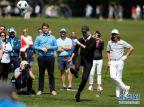 [高清组图]欧巡赛赛前训练 众人踢起足球高尔夫