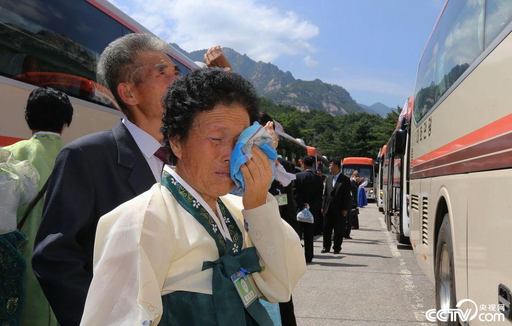 韩朝离散家属会面结束 亲人不舍离别图片