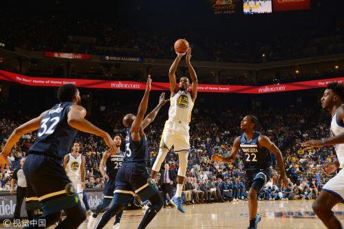 勇士的库裏21分2篮板4助攻,杜兰特16分4篮板3助攻,汤普森17分4篮板