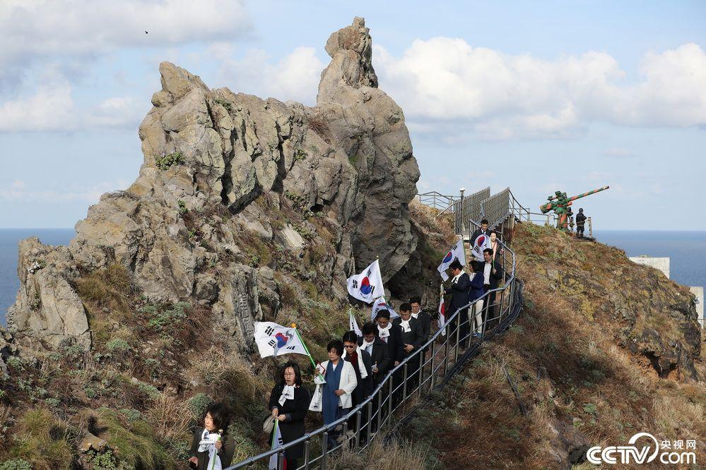 韓國國會議員登獨島 舉太極旗合影