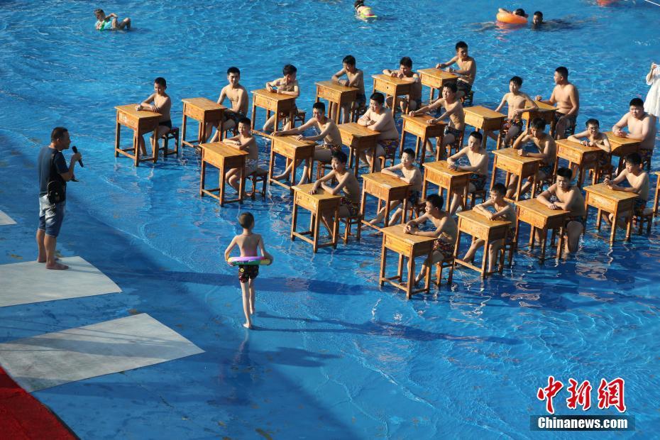 """重庆一中学校长带领学生在水中""""开课"""""""