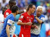 [世界杯]吉鲁抢球抬脚过高 冯贝尔根面部受伤离场