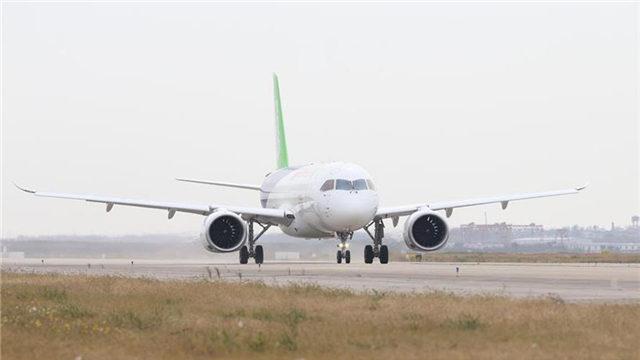 11月10日,中国自主设计研制的国产大型客机C919飞机101架机顺利完成首次城际飞行,从上海浦东成功转场至西安阎良。此次转场飞行,标志着C919飞机具备了城际航线飞行能力,初步验证性能满足设计要求,达到了预期的稳定运行状态。