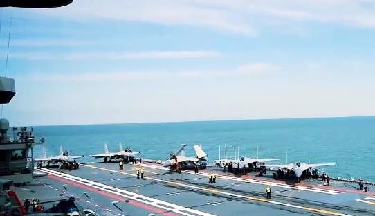 《今日关注》 20200830 歼-15挂弹七机编队起降辽宁舰 解放军四海域实弹演习