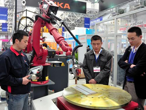 3月29日,一台机器人在首届中国国际进口产品博览会上对工业品实施激光跟踪作业演示。当日,首届中国国际进口产品博览会在江苏省昆山市开幕,来自美国、加拿大、日本、德国等46个国家和地区的600余家企业参展,其中21家世界500强企业带来了一流的技术和产品,十多台工业机器人成为博览会亮点。