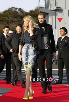 蓝色上衣+黑色短款皮夹克+印花铅笔裙