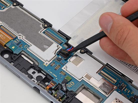 切断电池排线连接-可修复性更高 三星Note 10.1平板拆解