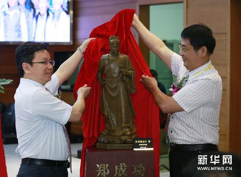 8月27日,台湾艺术家陈启村(右)将其创作的郑成功塑像在展览开幕式上捐给北京台湾会馆。新华网图片 任正来 摄
