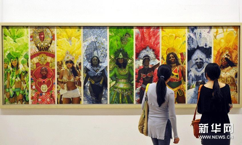 观众在欣赏张颂南的画作《加勒比的魅惑》。