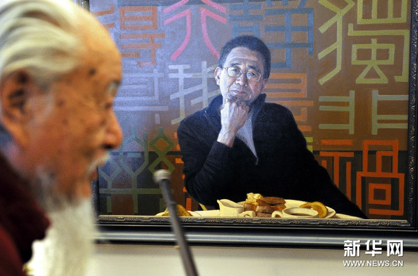 9月13日,在北京中国美术馆,著名画家张颂南在中央美院学习时的导师侯一民(左)在展览上评点其布面油画作品《面壁(自画像之三)》,仿佛师徒对话一般。