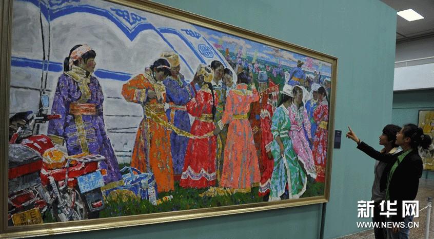 观众在欣赏中国美术馆馆藏作品《草原盛会》
