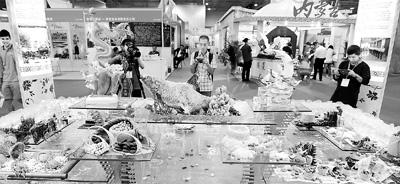图为澳门市民参观博览会。