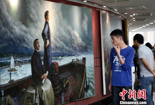 图为参观者驻足欣赏《毛泽东、何叔衡赴上海参加中共一大》。邓霞 摄