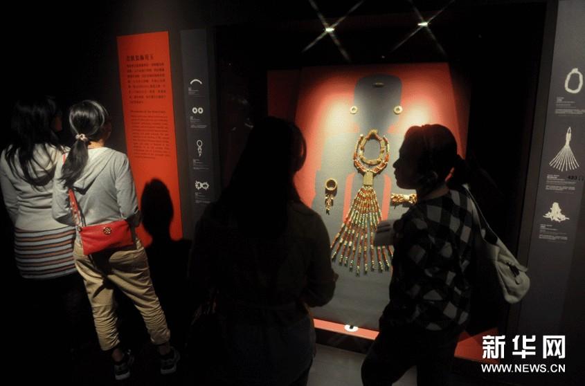 10月8日,游客在台北故宫观赏西周玉器。