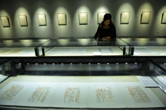 参观者在欣赏弘一法师的手札。新华社发 龙巍摄