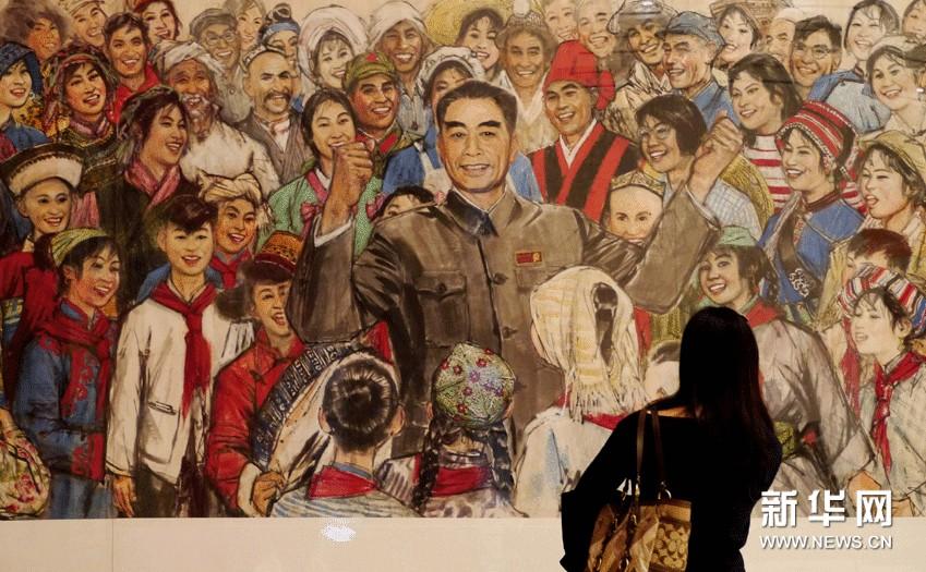 观众在中国国家博物馆内观赏已故著名画家黄胄1977年的大型绘画作品《鞠躬尽瘁为人民》。