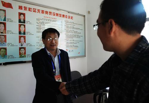 在西安咸东社区办公室,兀宏政(左)接受央视网记者专访